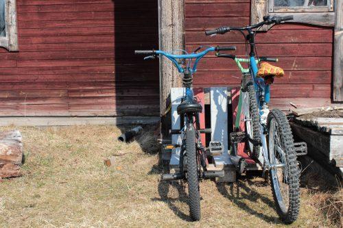 Cykeltäll av lastpall med två barncyklar i.