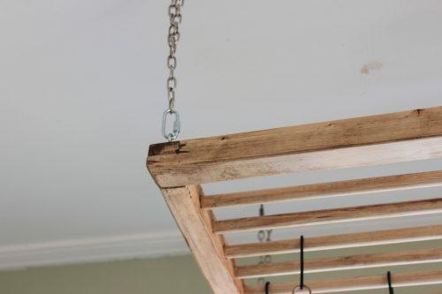 Närbild på hörn och kedjor som hängaren hänger i.