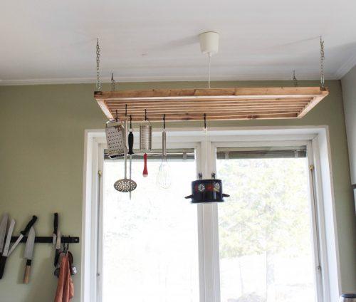 Hela hängaren syns och i den hänger diverse kökssaker.