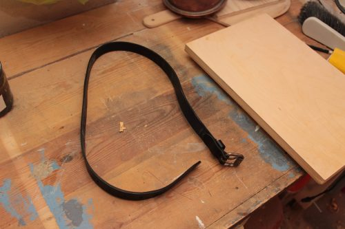 Läderskärp bredvid skärbräda.