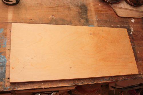 Bild på skärbräda på arbetsbänk.