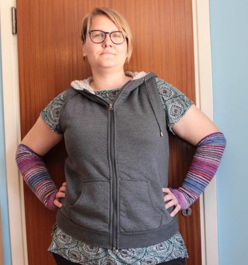 Jag har på mig en enkel väst av en hoodie.