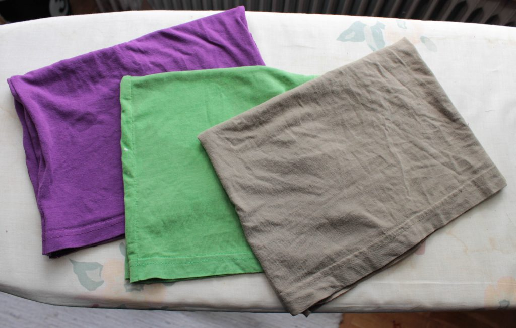 Tre buffar i lila, grönt och brunt.