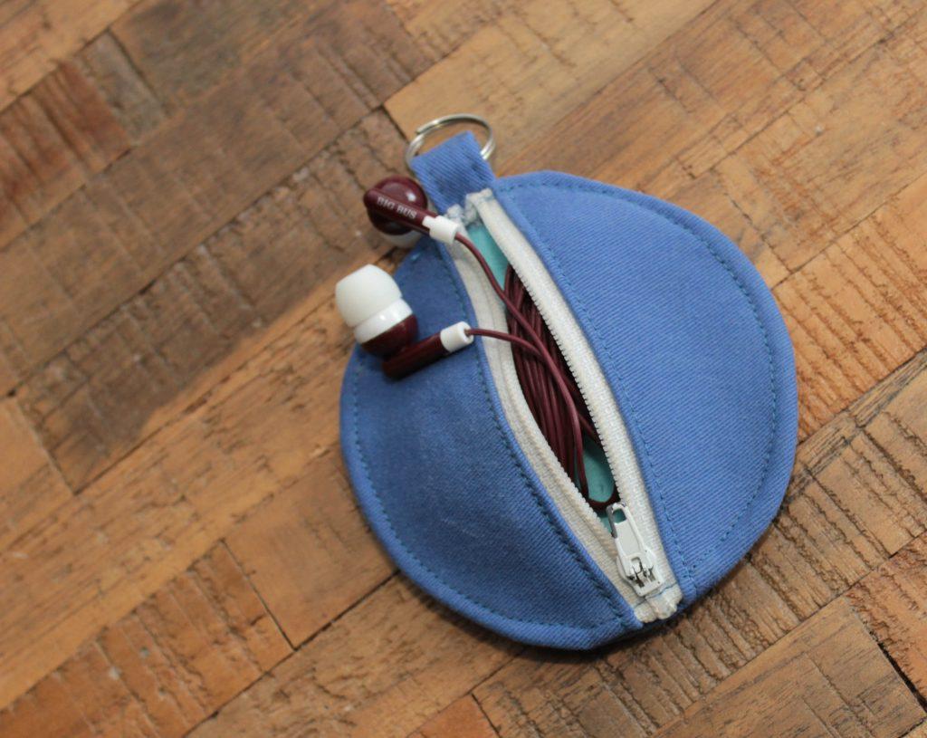 Blå börs där du kan förvara dina hörlurar.