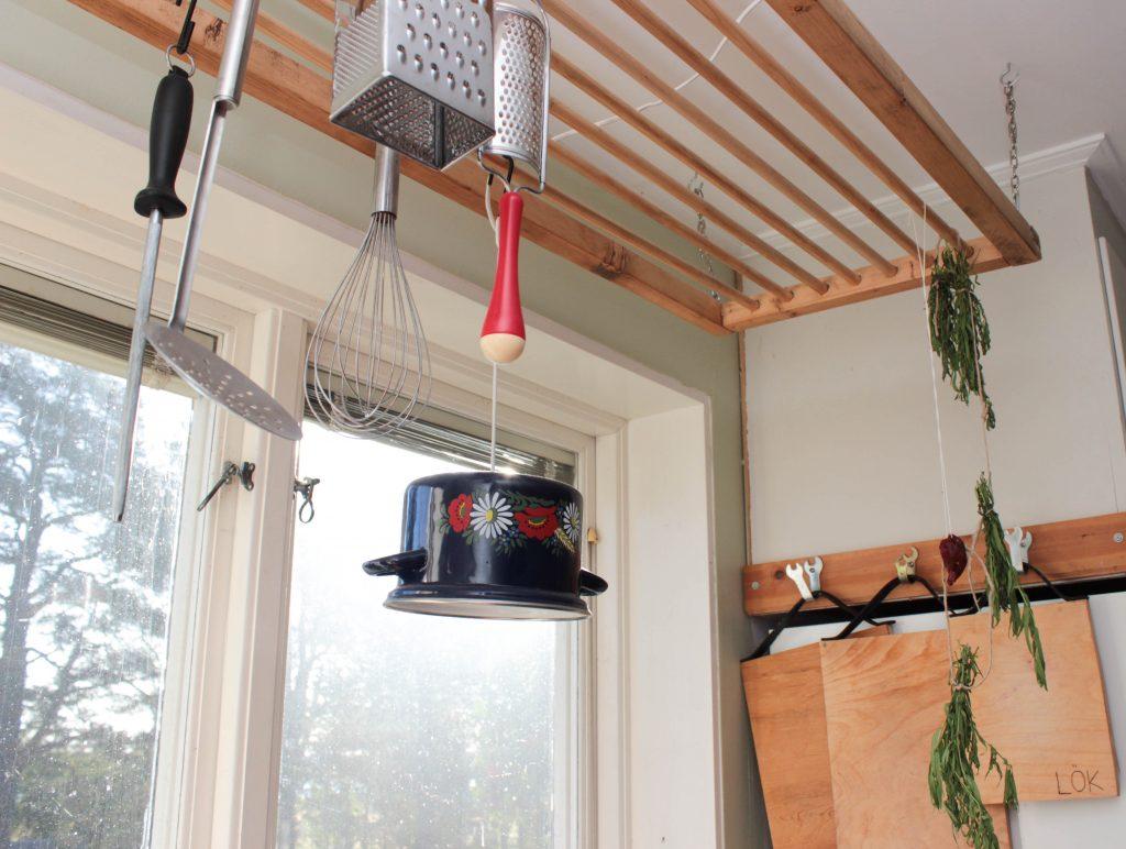 En emaljgryta har blivit en lampa som hänger över köksbänken.