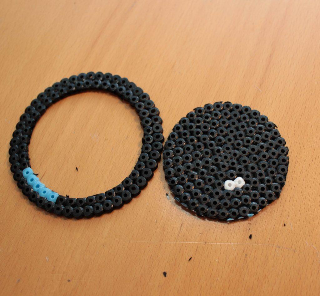 En svart pärlplatta som fått ytterkanten bortskuren.