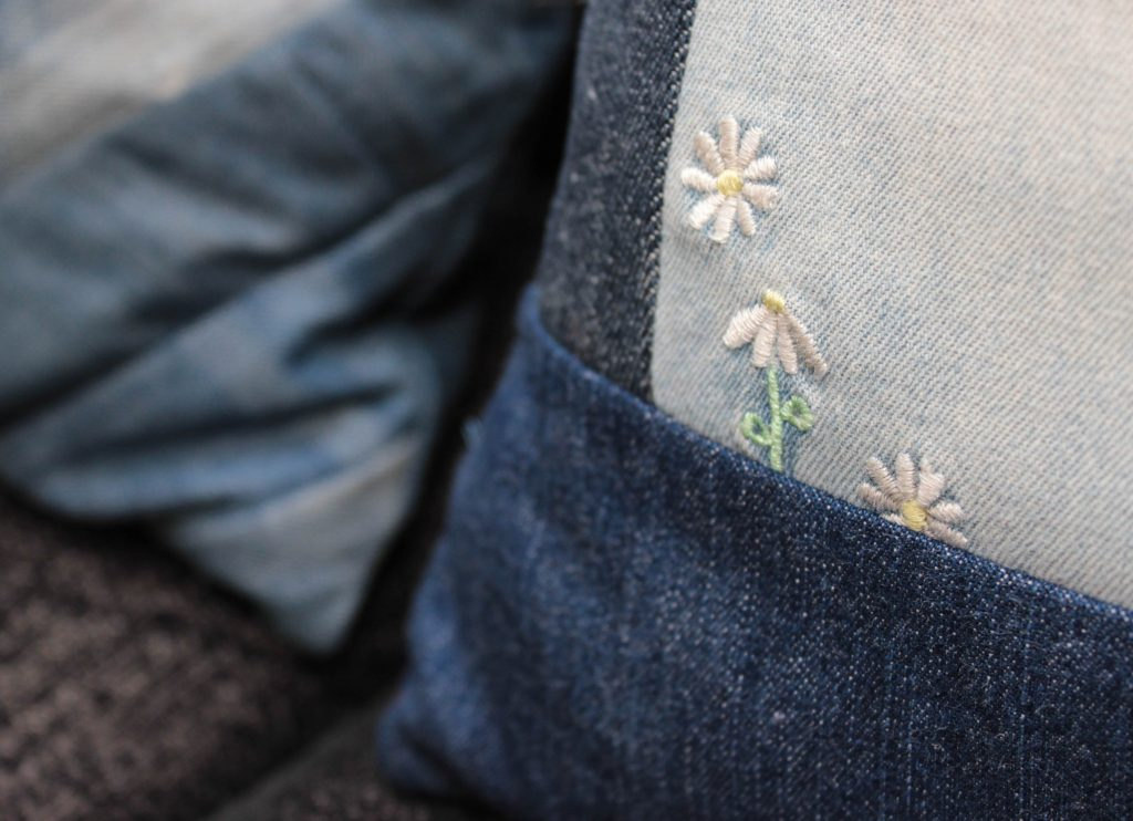 Jeanskudde med fina detaljer