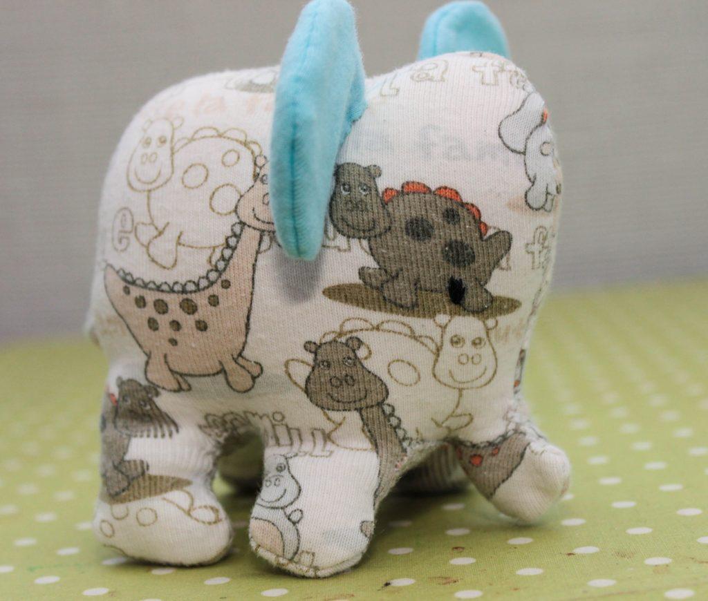 Sy en elefant av barnkläder som inte går att använda mer. Perfekt återbruk för den sykunnige.