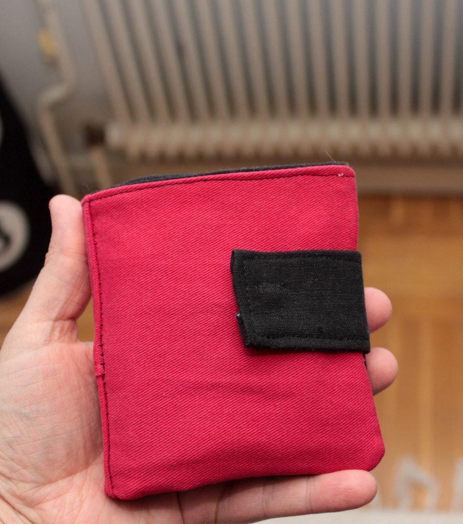 Närbild på en plånbok som du kan sy av byxor.